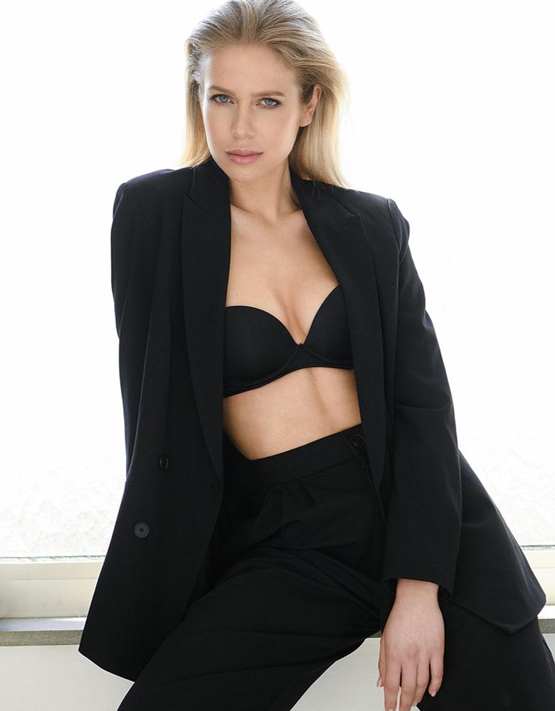 Veronika K. - TEAM AGENTUR